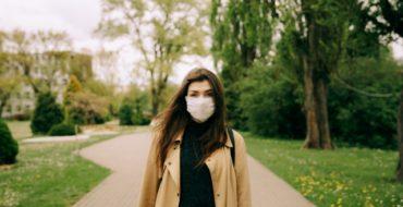Chica estudiante con mascarilla