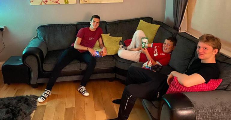 César con su familia anfitriona en Irlanda