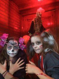 Niños disfrazados cantando el truco o trato de la fiesta de Halloween