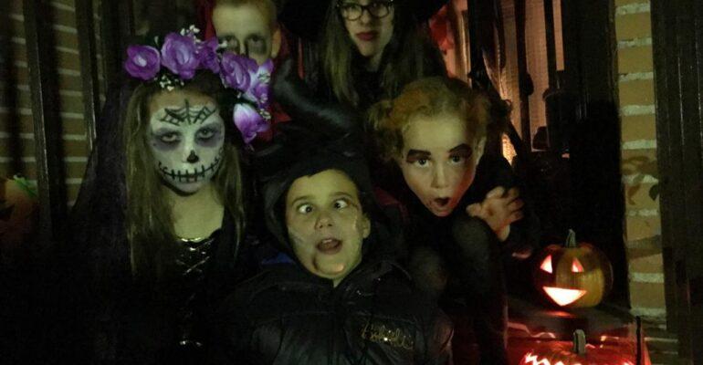 Niños disfrazados celebrando la fiesta de Halloween en el extranjero
