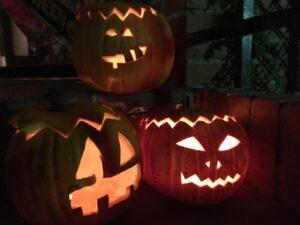 Calabazas iluminadas de la fiesta de Halloween en el extranjero
