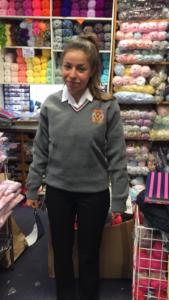 Lucía probándose su uniforme