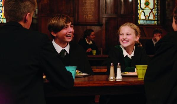 Alumnos de un colegio para estudiar en Irlanda charlando animadamente