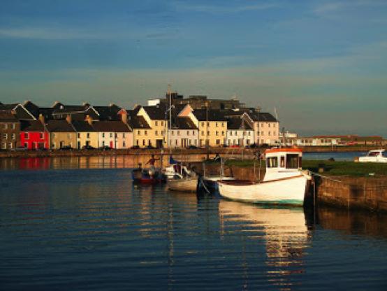 Paisaje con barcas en Irlanda
